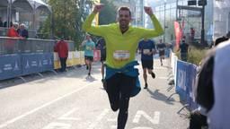 Juichend over de finish van 10 kilometer (Foto: Karin Kamp)