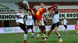 Go Ahead Eagles-speler Sam Beukema is diverse Helmonders te slim af. (foto: Orange Pictures/Perry van de Leuvert)