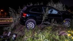 Een automobilist is donderdag kort na middernacht in Loon op Zand van de weg geraakt en op een aarden wal geknald. Het ongeluk gebeurde rond tien voor een op de Midden-Brabantweg. De bestuurder had gedronken.