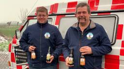 Joost en Jan Dommisse poseren voor 't Brabants Bukse met hun carnaval's vaccin (foto: Eva de Schipper).