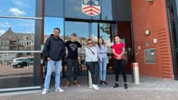 De bewoners voor het gemeentehuis in Bladel.