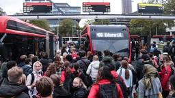 Het is weer ouderwets druk op busstations in de spits (foto: Corrado Francke).