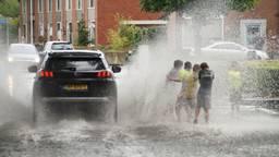 Water op straat stroomt weg door het riool en werkt nauwelijks tegen verdroging.  (Foto: Erik Haverhals)