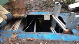 De vondst werd gedaan in een ingegraven container (foto: politie).