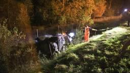Auto belandt in de sloot langs de A67 (foto: Harrie Grijseels/SQ Vision)