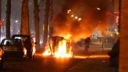 Tijdens de rellen werden in de Graafsewijk in Den Bosch onder meer twee auto's in brand gestoken(foto: Bart Meesters).
