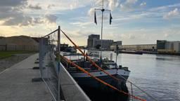 Het binnenvaartschip is afgezet met hekken (Foto: Jan Waalen).