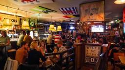 Ook in het Belgisch Biercafé stond het grote scherm aan (foto: Dave Hendriks/SQ Vision Mediaprodukties).