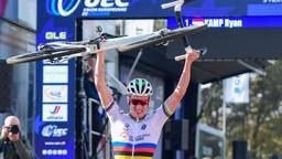 Wereldkampioen Ryan Kamp tilt zijn fiets boven zijn hoofd na winnen van Europese titel (foto: OrangePictures).