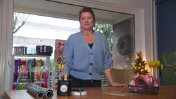 Saskia Leemans maakt van elk pakje een cadeautje.