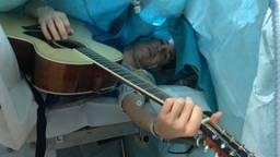 Jelle speelde gitaar terwijl hij geopereerd werd (Foto: Erasmus MC).