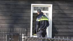 De politie bij het huis aan de Rijksweg in Helvoirt (foto: Bart Meesters).