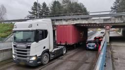 De vrachtwagen zit klem (foto: Iwan van Dun/SQ Vision).