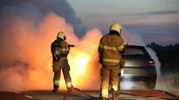 Brandweerlieden konden weinig meer doen voor de auto.