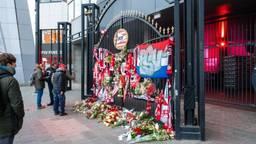 De herdenkingsplek bij het Stadion (foto: PSV via Facebook).
