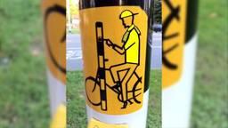 Ook de fietsende NAC-supporter drukt op het knopje.