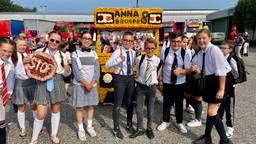 'Blije' leerlingen van de Annaschool maakten een schoolbus (foto: Tonnie Vossen)