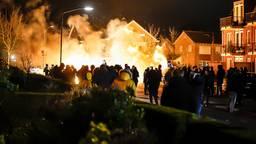 Honderden mensen kwamen kijken bij de autobranden in Veen (foto: SQ Vision)