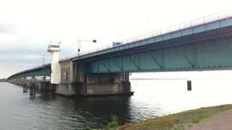 Op de Haringvlietbrug heeft de wind vrij spel (archieffoto).
