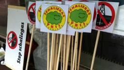 De protestborden staan klaar. (Foto: Alice van der Plas)