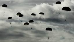 De dropping van parachutisten is een vast onderdeel van de herdenking van Market Garden. (Foto: ANP)