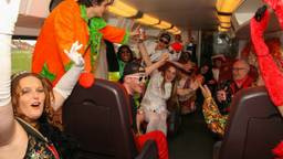 Met carnaval in de trein. (foto: Twan Spierts)