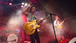 Jett Rebel met gitaar (foto: Dré Galiart)