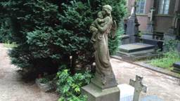 Op Begraafplaats Orthen Grafmonument voor 3-jarig Keesje Daniels die in 1906 stierf.