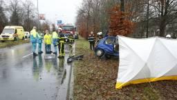 De auto botste tegen een boom (foto: Hans van Hamersveld/SQ Vision Mediaproducties)