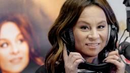 Trijntje Oosterhuis presenteert haar nummer op de radio (foto: ANP)