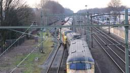 Een van de treinen raakte uit de rails (foto: Rob Engelaar)