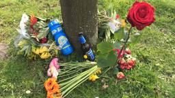 Bloemen op de plek waar Rolf Zwart in 2015 werd doodgereden