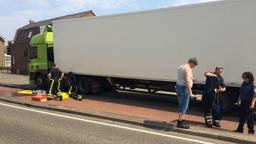 De vrachtwagen strandde in de Laan van België. (Foto: Christian Traets).