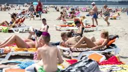 Tijdens mooie zomerse dagen is het zoeken naar een vrij lligbed op het strand. (Foto: ANP).