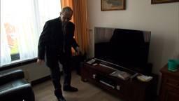 Tilburger Jo Weiler in zijn woonkamer