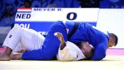 Roy Meyer (wit) verliest van Daniel Natea op het WK judo (foto: VI Images)