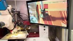 Een fotonische chip wordt getest bij Effect Photonics in Eindhoven