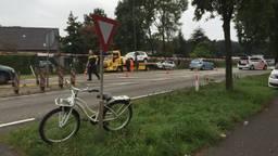 Kindje op de witte fiets raakte gewond, daarachter zie je de takelwagen twee auto''s weghalen. Foto: SQVision