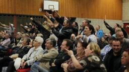 Tegenstanders bij de bijeenkomst in Steenbergen (foto: SQ Vision).