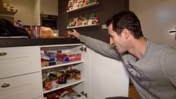 Oranje Zwart-speler Marcel Balkestein geeft aan Samen voor de Voedselbank