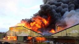 De stal die in brand staat (foto: SQ Vision / Sander van Gils).