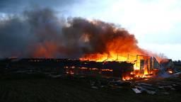 De stal is volledig verwoest door de brand (foto: SQ Vision/Sander van Gils).