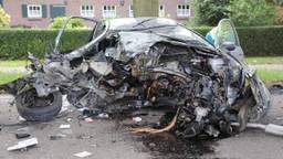 De auto is zwaar gehavend (Foto: Maickel Keijzers / Hendriks multimedia )