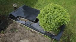 Er is forse schade aan de graven (foto: Marcel van Dorst/SQvision Mediaprodukties)