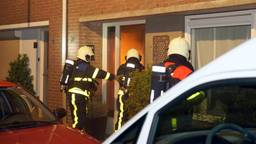 De brandweer moest de voordeur forceren.. (Foto: Martijn van Bijnen/FPMB)