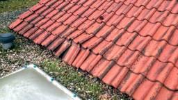 Nepbrief over dakpannen (foto: archief).