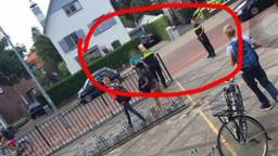 De politie houdt de verwarde man aan. Foto: Studio040