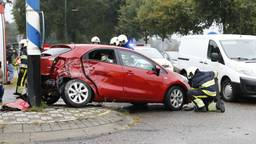 De auto wilde een zijstraat inslaan. (Foto: SK-Media)