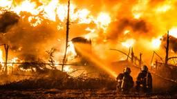 Het duurde meer dan vijf dagen voordat de brand bij de bandenopslag uit was (foto: Rob Engelaar).