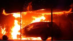 Er wordt brandstichting vermoed. (Foto: GinoPress)